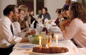 For Jewish campaign staffers, a welcome respite at Iowa Shabbat dinner