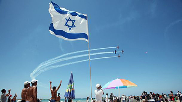 Spectators cheering the Air Force Independence Day flyover above a Tel Aviv beach.Alon Ron